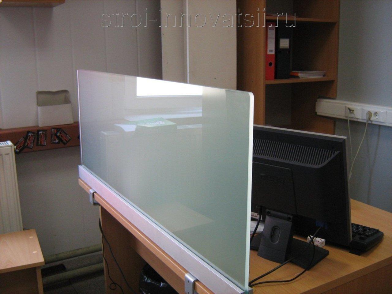 Офисная прозрачная перегородка между столами.