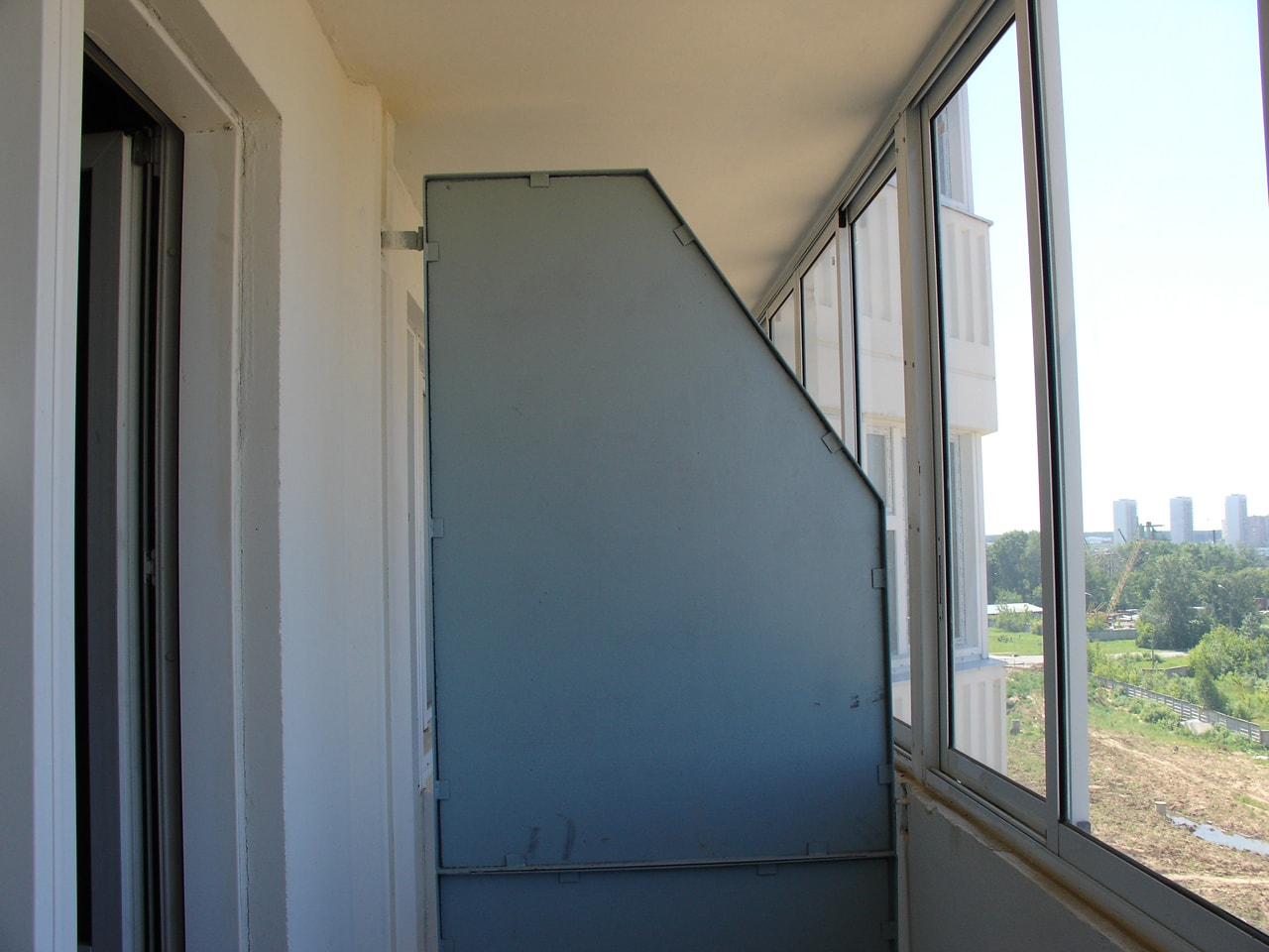 Сделать перегородку на балконе.