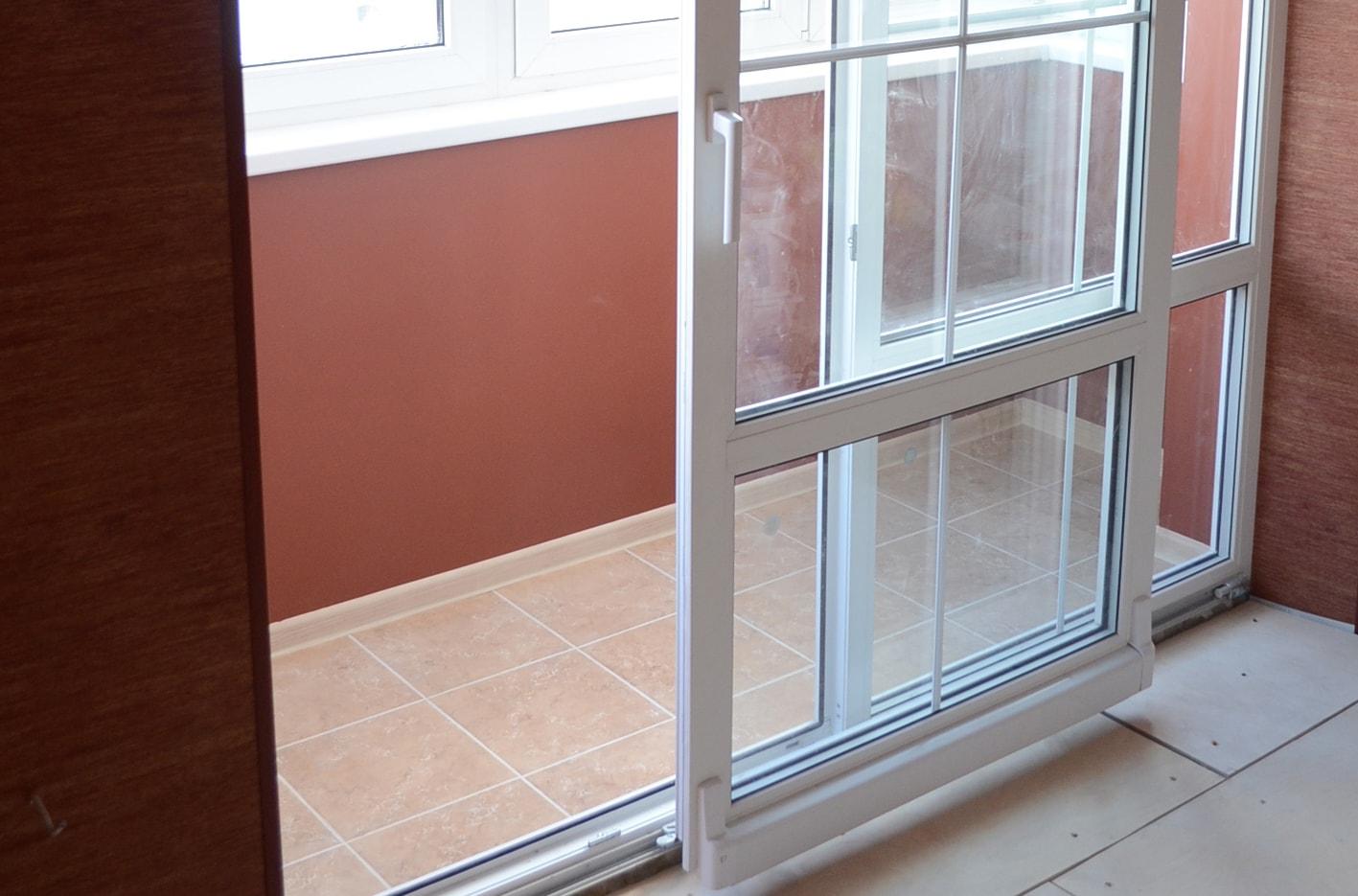 Металлическая перегородка на балконе.